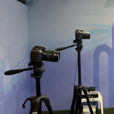 No estúdio de filmagem do Canal dos Concurseiros, contamos com 3 (três) câmeras para gravalção das Videoaulas e de produtos visuais, a exemplo de entrevistas.