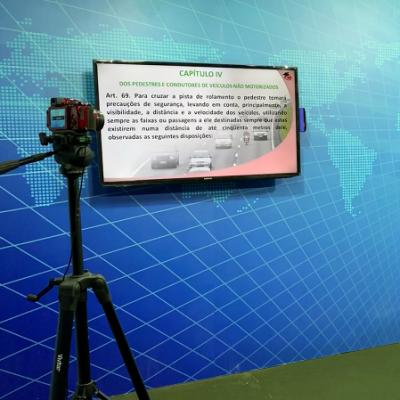 Vista do cenário de gravação das Videoaulas. Com TV de 50 polegadas, câmeras, bancada do professor e notebook para transmitir os slides.